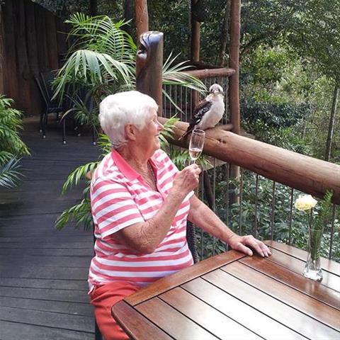 Regel een ontmoeting met deze 77-jarige vrouw